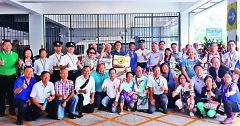 針對「佔中」事件,張志聰和鄉親到九龍城警區總部暨紅磡分區警署捐贈物資,以實際行動支持香港警察嚴正執法