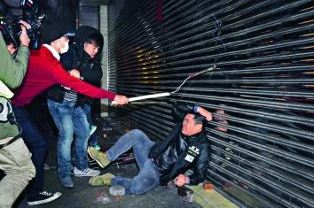 去年大年初一晚爆發的旺角暴亂,暴亂分子撬起磚塊,擲向警員