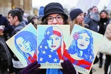 示威者手持穆斯林女性頭裹美國國旗的藝術畫