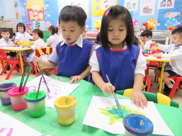 學生用水彩進行美術創作。