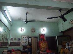 天花板兩部黑色轉扇,古早味十足。