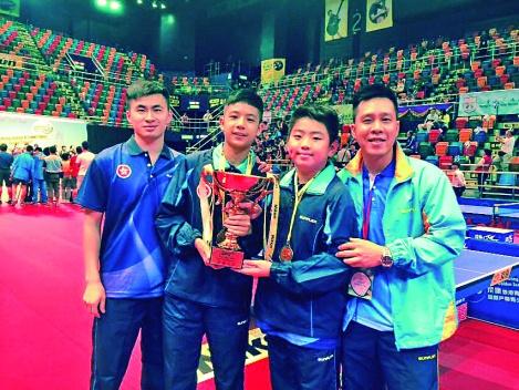 高禮澤與2015年香港青少年乒乓球公開賽獲獎隊員合照