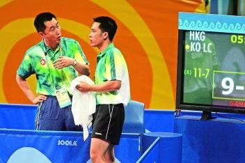 高禮澤與教練陳江華在2004年雅典奧運會乒乓球男子雙打比賽現場