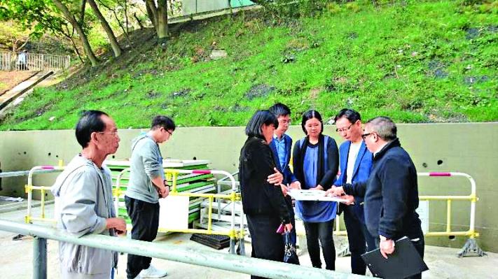 黃大仙區議會無障礙小組實地研究彩輝邨加設升降機的可行性