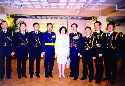 1999年時任保安局局長劉葉淑儀與洪為民(右二)在週年大會操合照