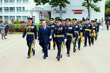 洪為民(左一)及交通安全隊領導陪同張建宗司長檢閱大會操