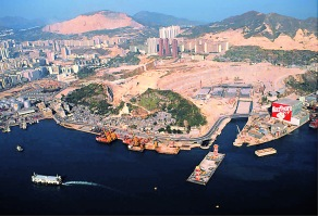 圖左的蜆殼茶果嶺油庫於1990年代重建為現在的麗港城。茶果嶺村在圖片中央。東區海底隧道於1986年在圖片右方的工地興建,於1989年通車