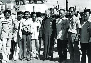 繁華時期的茶果嶺村,曾有不少名人到訪,鄧肇堅爵士(中)就曾光臨