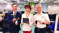 林志偉(左一)與交安宣傳長官謝雪心及警察西九龍總區警官