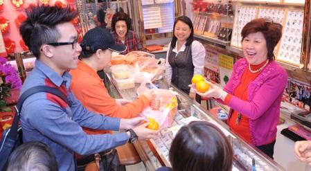 孫愛蘭(右)店內店外人緣極佳,每逢新年大批好友均前來探望。