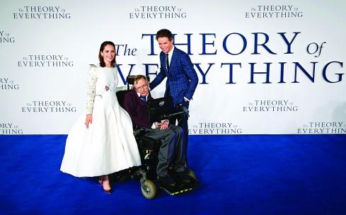 ▲2014年12月出席《霍金:愛的方程式》電影在倫敦的首映禮