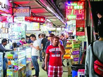 ▲南亞裔人士開設的手機舖主力將廉價手機出口到非洲,據統計,非洲超過二成的手機是來自重慶大廈