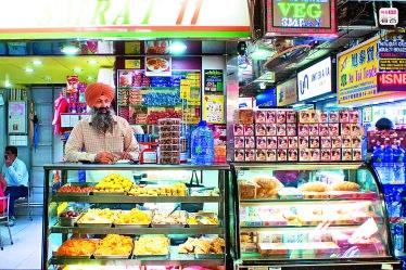 ▲來自印度的南亞人士2004年先開樓上素食店,後設門市,是重慶大廈裏少有吃素的地方