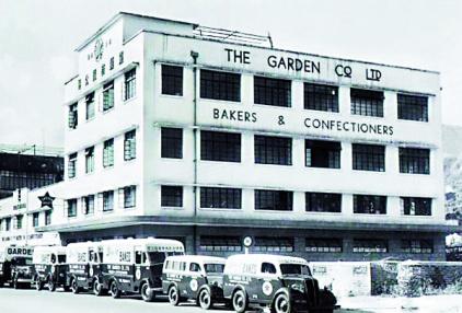 ▲1938年落成的嘉頓中心樓高四層,初期標誌為圓圈紅星