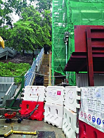 ▲崇仁街樓梯已經封閉,正在進行加建升降機工程