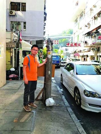 ▲林德成展示維修前後的街燈