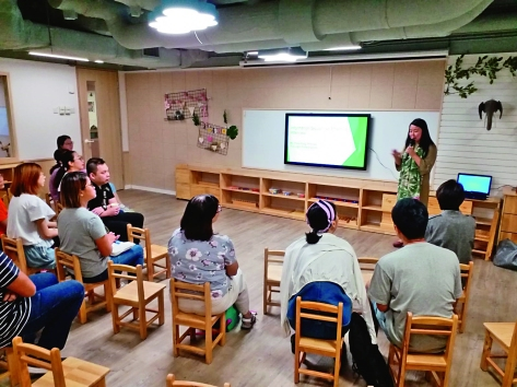 ▲鄭曉玲為家長舉辦教育講座,又以沙盤遊戲讓父母了解子女心理,調整管教方