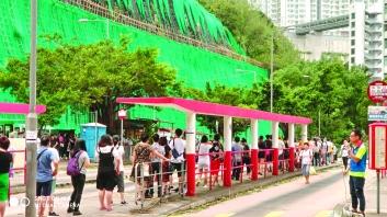 ▲颱風「山竹」過後,首個上班天交通大混亂。鄺星宇整個早上都在巴士總站向上班居民宣布最新交通消息
