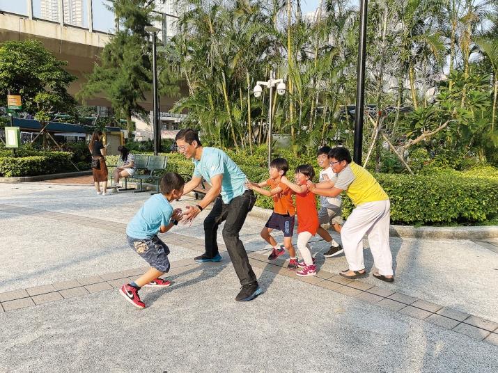 鍾澤暉在大角咀區內生活了將近四十年,對於大角咀有著深厚的感情