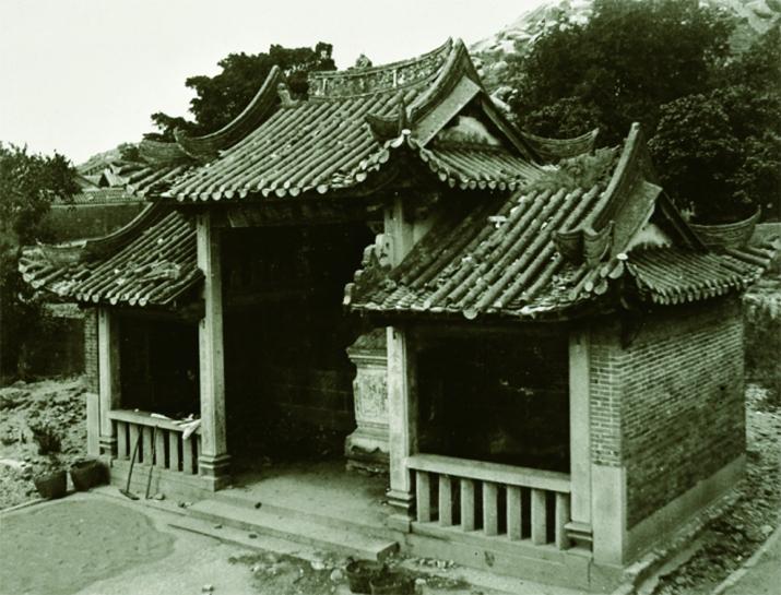 攝於1910年的九龍城寨的惜字亭,為一座庭院式建築。(引自《香港記憶》)