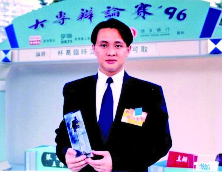 鄧飛代表中大辯論隊參加大專辯論賽