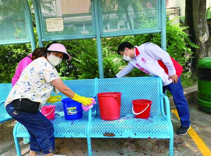 011:彩虹邨出現確診後,莫健榮協助清理消毒